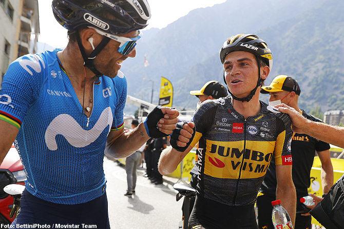Alejandro Valverde felicita a Sepp Kuss
